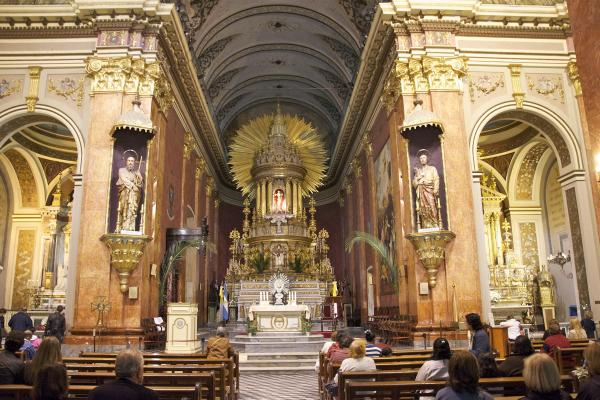 In einem halligen Raum, z.B. in der Kirche